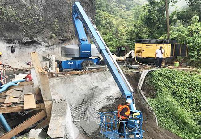 Xe Nâng Người sửa đường ở núi đá