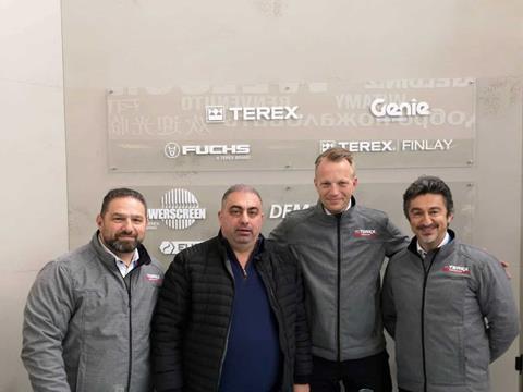 Nhân viên của Elite Motors, Terex AWP và Genie sau khi kí hợp đồng